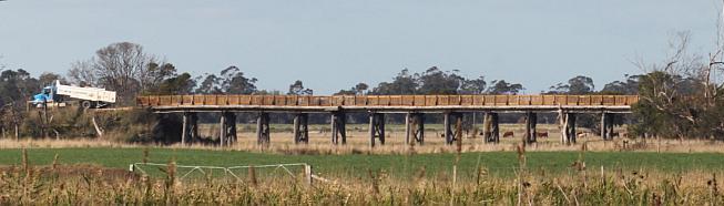 V23-059 new Latrobe bridges 2014-04 4851 crop