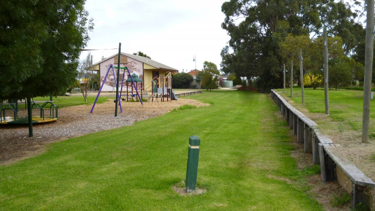 The people of Yinnar have retained their railway precinct in good condition.  The rail trail may be extended to here from Boolarra