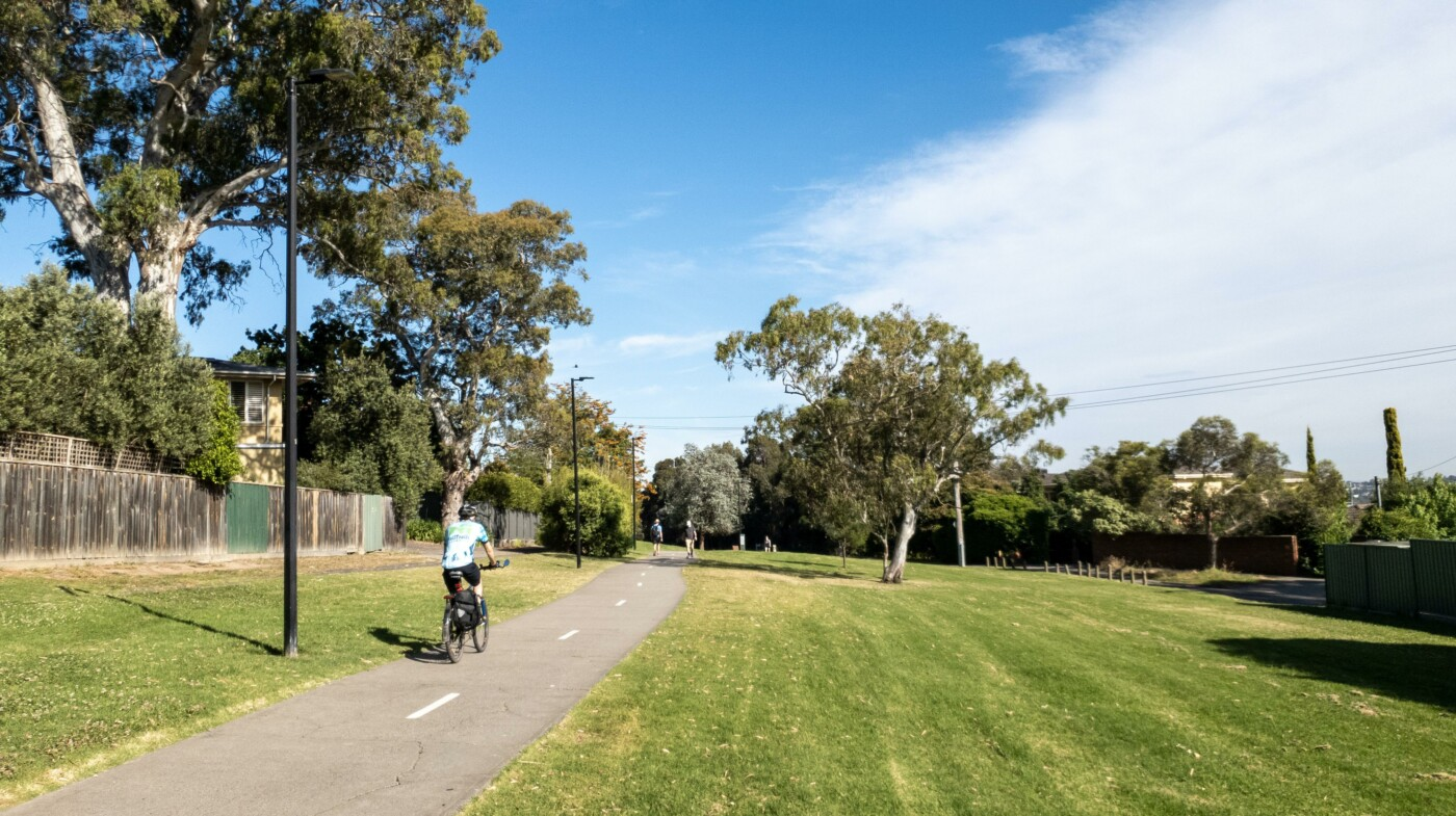 Typical parkland along the rail trail, here near Kew (2020)